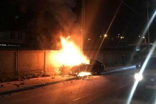 В Киеве BMW влетел в столб и загорелся