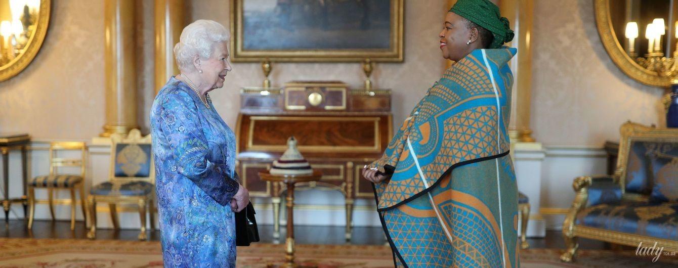 В луке с интересным узором: королева Елизавета II дала аудиенцию во дворце