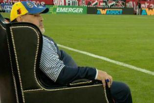 Когда ты - король футбола. Марадону посадили на трон во время выездного матча