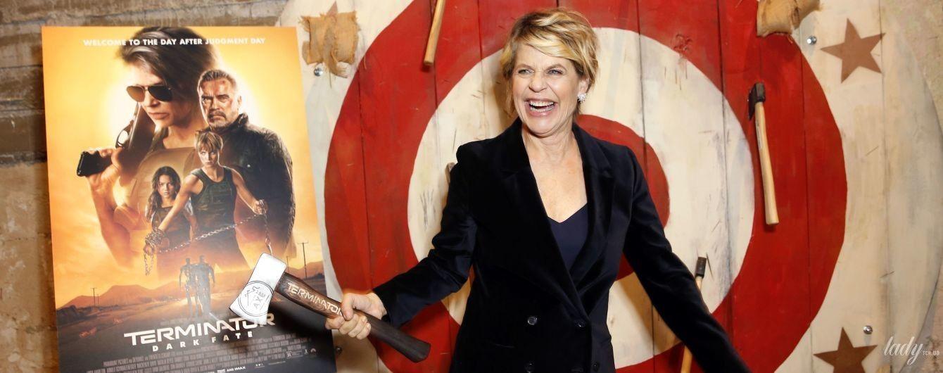 """З широкою усмішкою і сокирою в руках: зірка """"Термінатора"""" Лінда Гамільтон на прем'єрі в Голлівуді"""