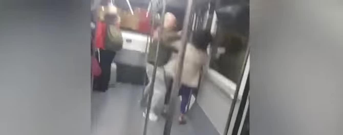 В Іспанії зняли бійку закоханих туристів просто в автобусі аеропорта