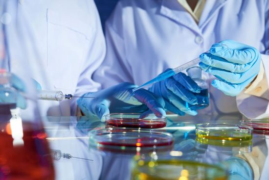 Медики застерігають від постійного носіння рукавичок і радять захист для шкіри рук