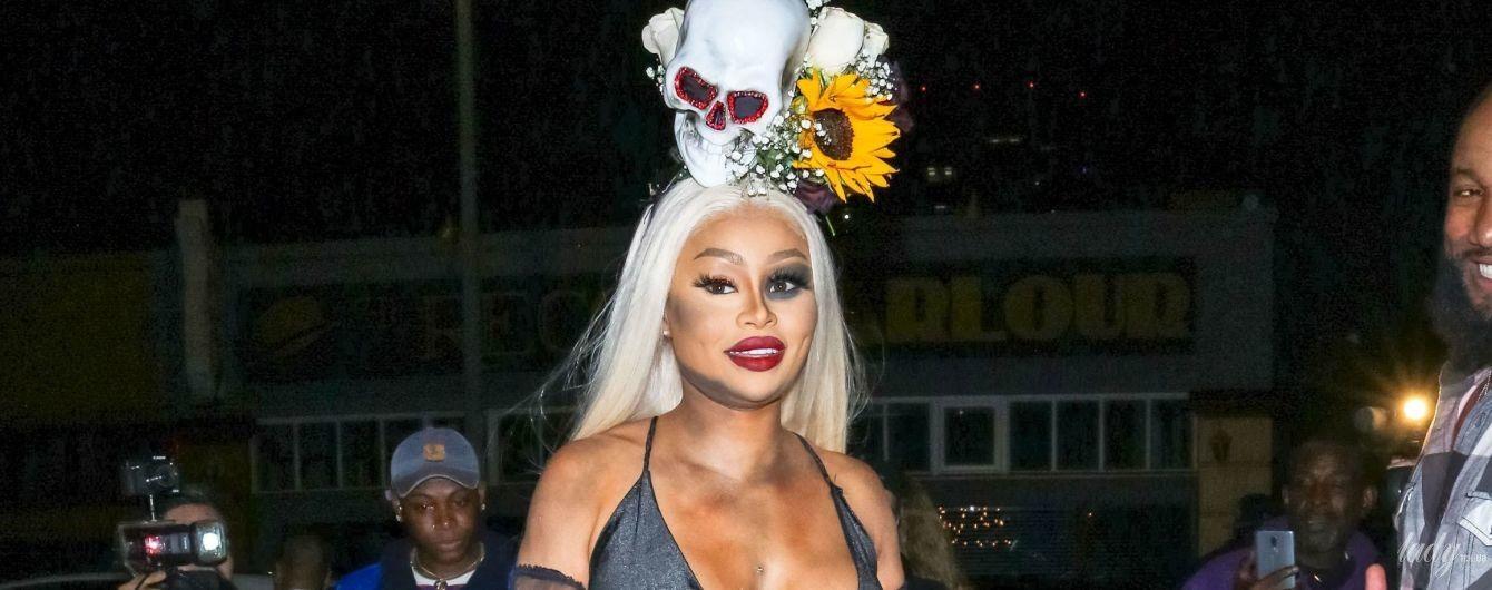 Без бюстгальтера и с черепом на голове: Блэк Чайна в откровенном образе сходила на Хэллоуин-вечеринку