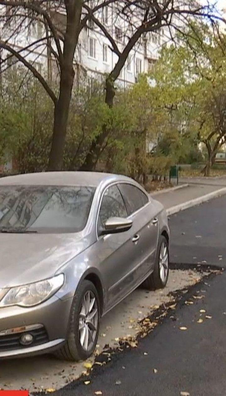 Кумедний ремонт: у Харкові без асфальту лишили 5 квадратних метрів дороги через припарковане авто
