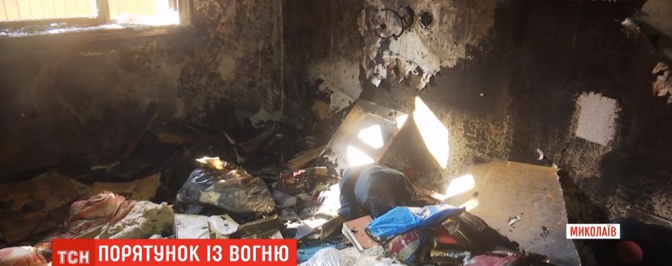 У Миколаєві через свічку ледь не згоріла вся родина. Світло в оселі їм відрізали рік тому