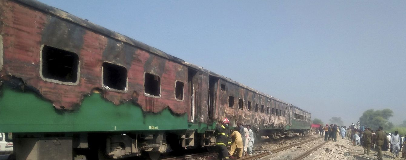В Пакистане на ходу загорелся пассажирский поезд, вследствие чего погибло более 60 человек