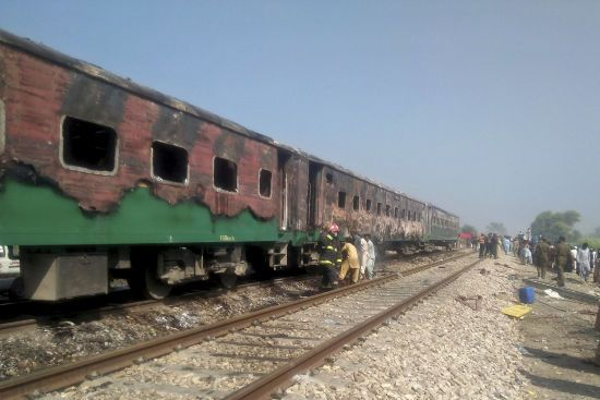 У Пакистані на ходу загорівся пасажирський потяг, унаслідок чого загинуло понад 60 людей