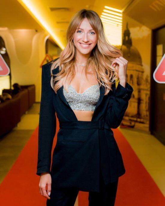 Грайлива Леся Нікітюк показала стрункі ніжки у сукні міні