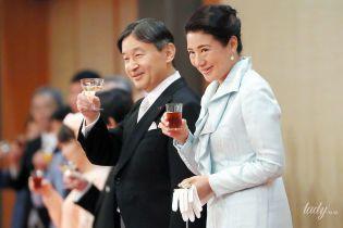 В светло-голубом платье и со стаканом в руке: императрица Масако на банкете
