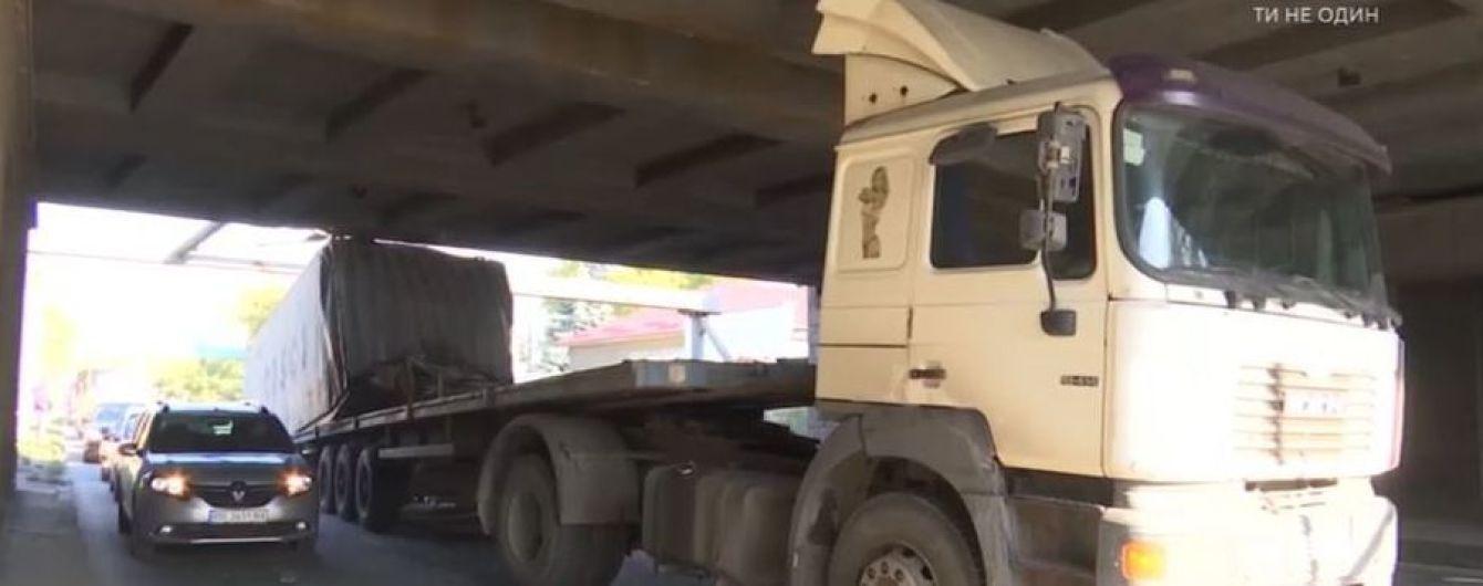 В Одесі фура не розрахувала висоти і застрягла під залізничним мостом