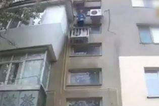 На Одесчине пожилую женщину сняли с кондиционера на доме: старушка не помнит, как туда вскарабкалась