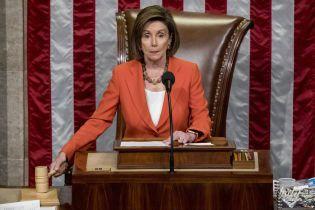 В алом костюме и с насыщенным макияжем: яркий аутфит спикера палаты представителей США