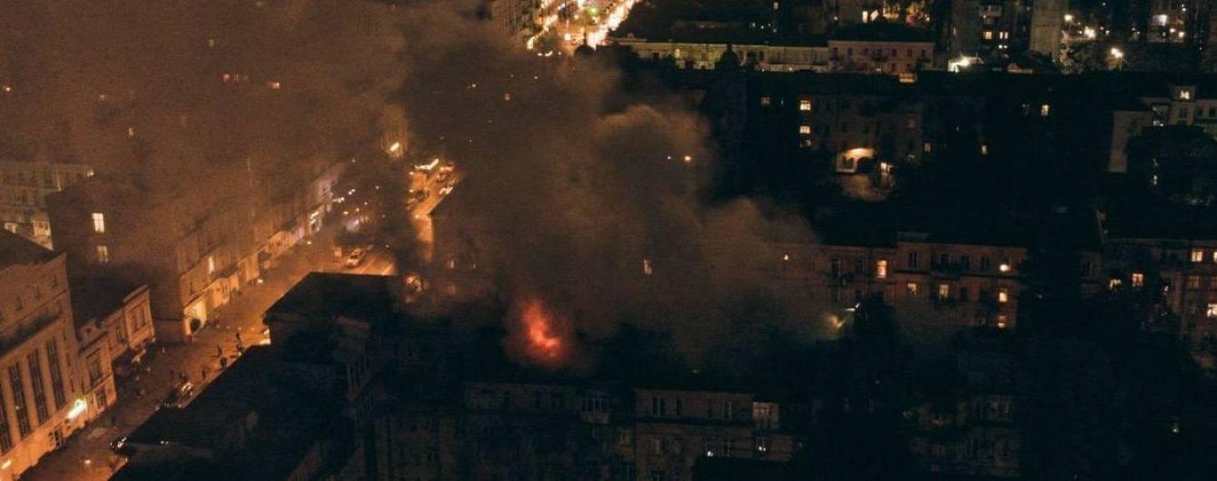 Масштабну пожежу на даху багатоповерхівки в Києві загасили