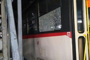 У Києві невідомі обстріляли швидкісний трамвай