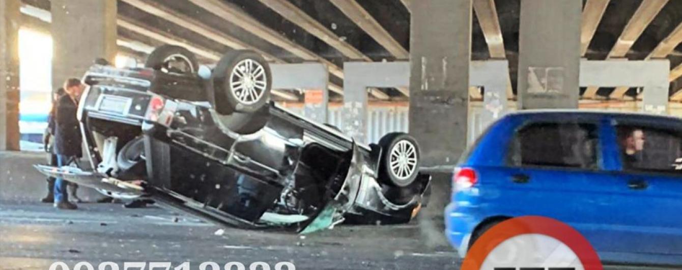 У Києві Range Rover перевернувся на дах в результаті серйозної аварії