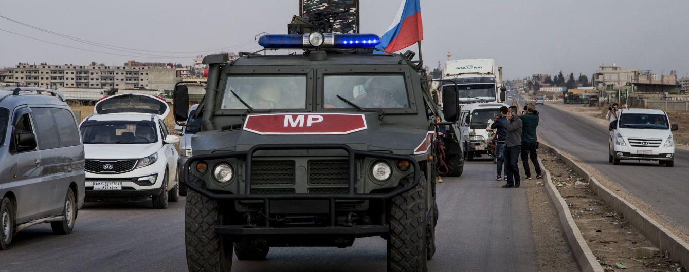 """""""Машина  побита, ми ідемо"""". У Сирії колону з російськими військовими знову закидали камінням"""