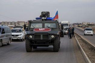 """""""Машина побита, мы идем"""". В Сирии колонну с российскими военными снова забросали камнями"""