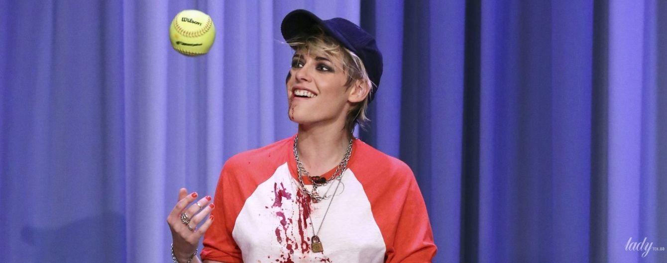Окровавленная, но красивая: Кристен Стюарт накануне Хэллоуина посетила шоу в Нью-Йорке