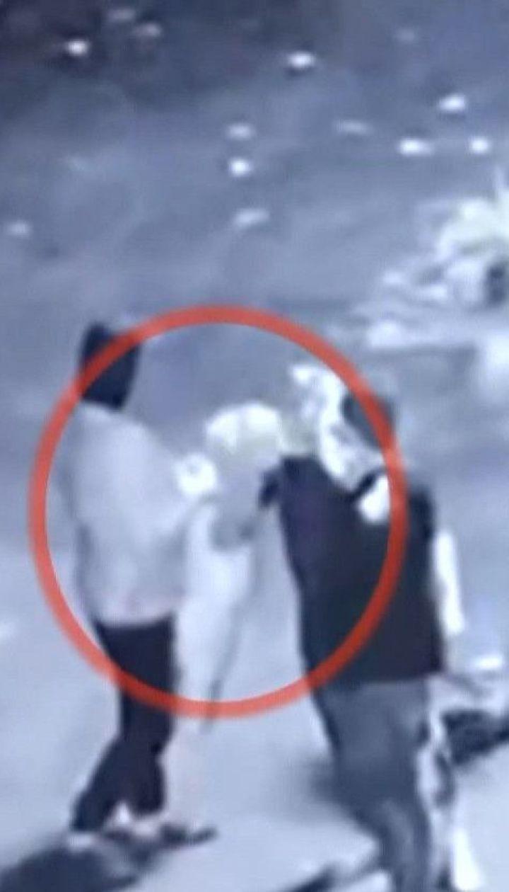 В Одесской области молодой человек под звуки шансона сорвал государственный флаг и вытер об него ноги