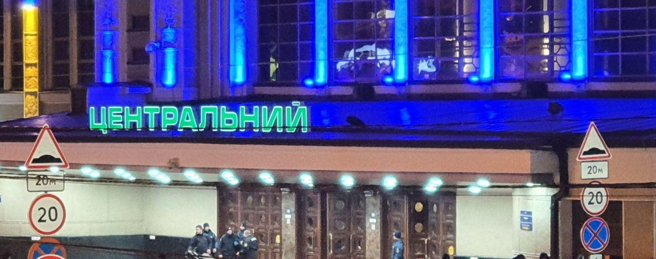 В Киеве сообщили о заминировании железнодорожного вокзала. Всех пассажиров эвакуировали