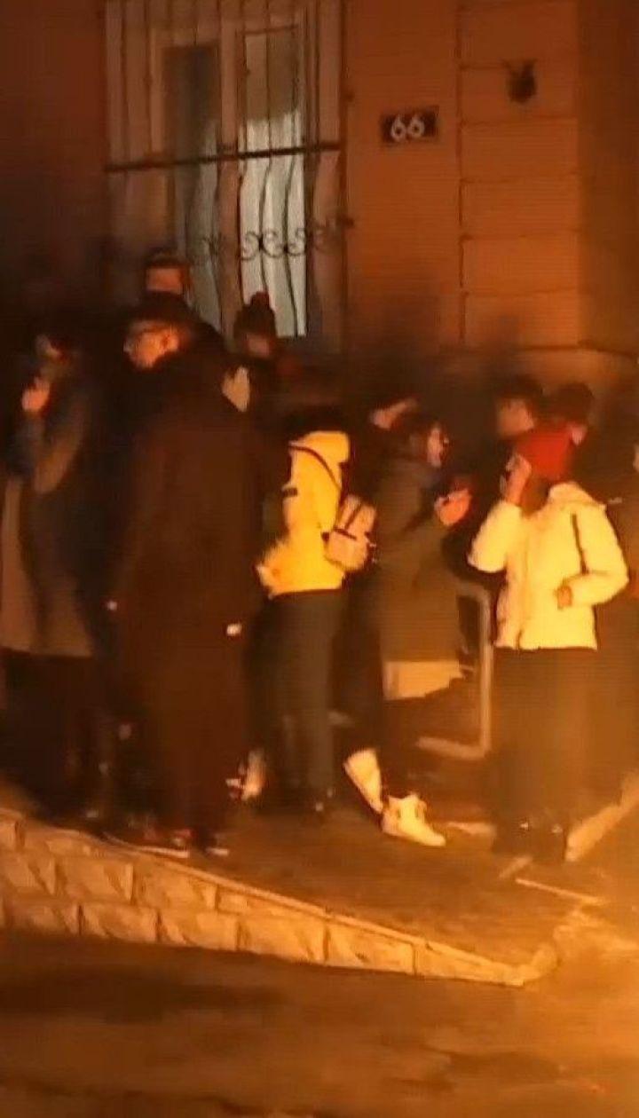 Смерть 14-летнего школьника: под участком полиции в Прилуках жгут шины, возникла потасовка