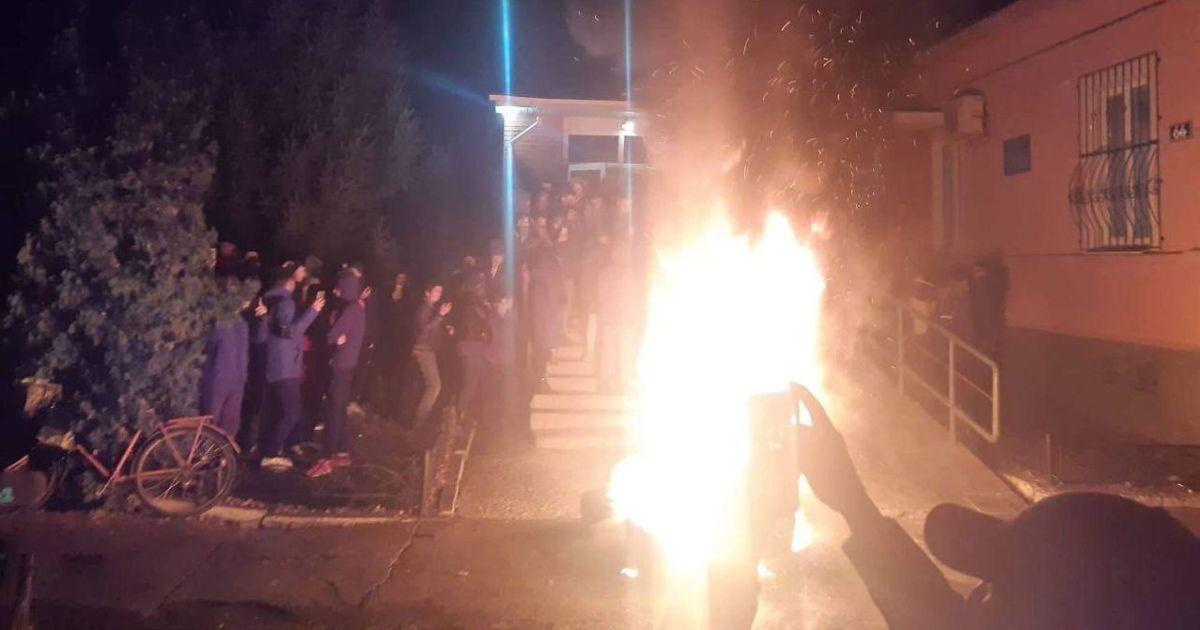 Загадкова смерть хлопця на Чернігівщині: у Прилуках сотні людей пікетують поліцію, палають шини