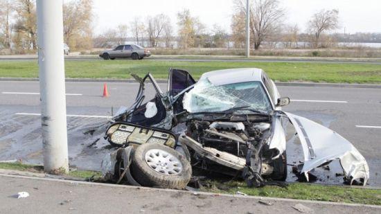 У Дніпрі водій знищив BMW об стовп, постраждали троє дітей