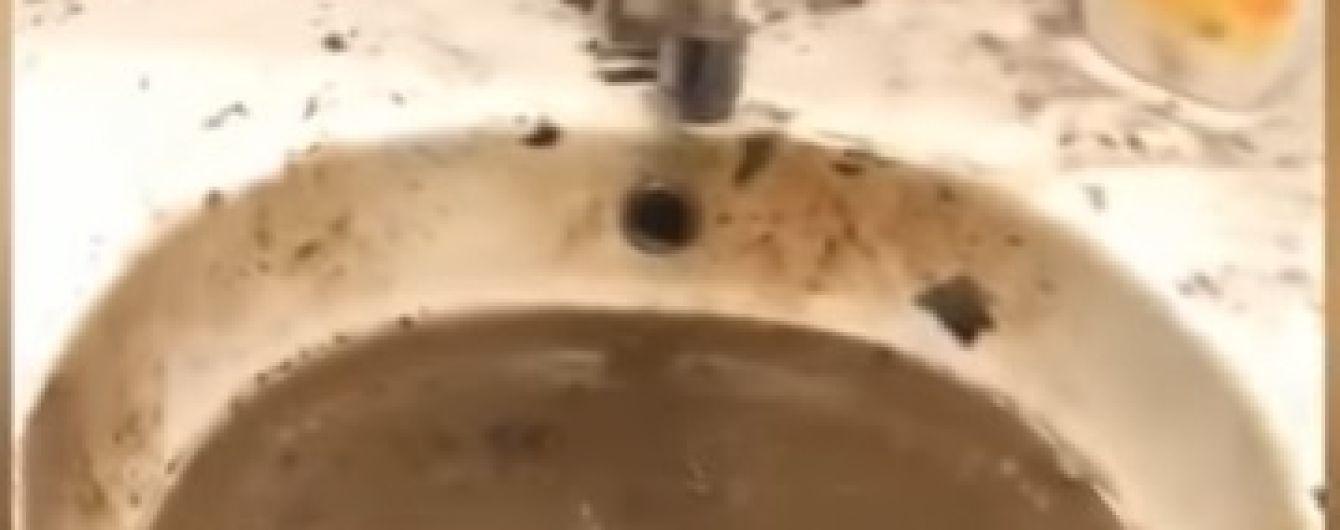 Під час обшуків у київського забудовника працівники намагалися спалити та залити водою документи. ТСН отримала відео