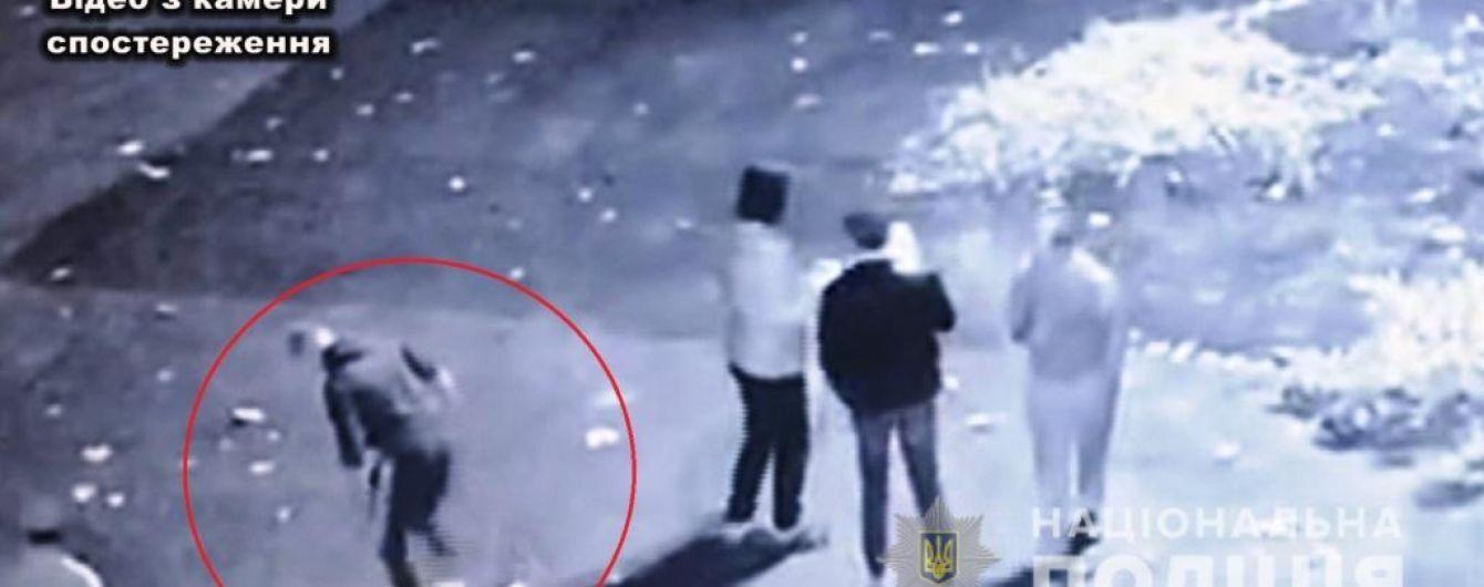 Полиция обнародовала видео, как в Одесской области парень сорвал флаг Украины и вытер об него ноги