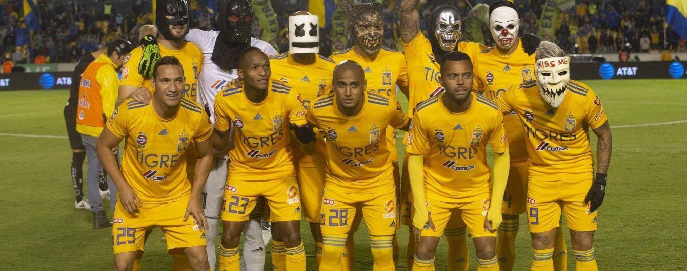 Хэллоуин на футболе. В Мексике игроки надели на матч маски героев культовых фильмов