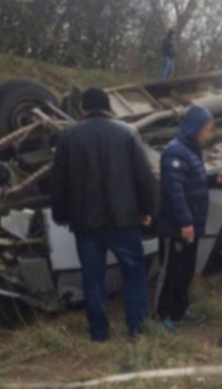 Рейсовий автобус перекинувся на Хмельниччині: 13 людей зазнали травм