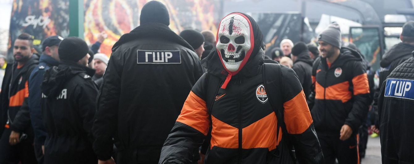 """Лидер """"Шахтера"""" пожаловал на бой с """"Карпатами"""" в жуткой маске в честь Хэллоуина"""