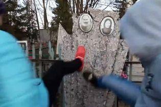 Российские школьницы сняли на видео, как рушат могилы