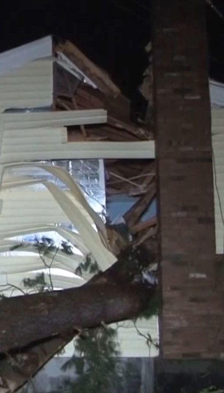 30-метрове дерево унаслідок буревію розтрощило будинок в Массачусетсі