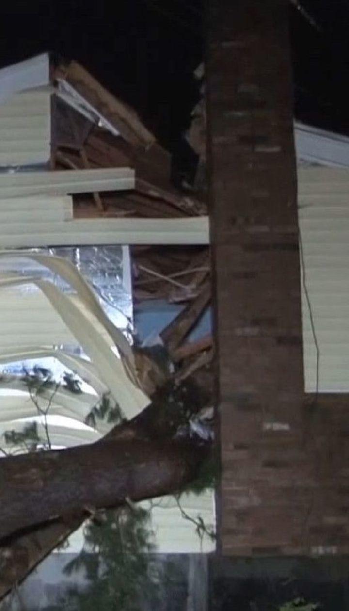 30-метровое дерево вследствие урагана разгромило дом в Массачусетсе