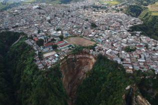 В Гватемале отец вместе с тремя детьми погиб, когда их дом рухнул в огромную пропасть