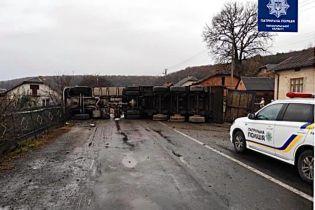 На Тернопільщині перекинулася вантажівка і перекрила дорогу міжнародного значення