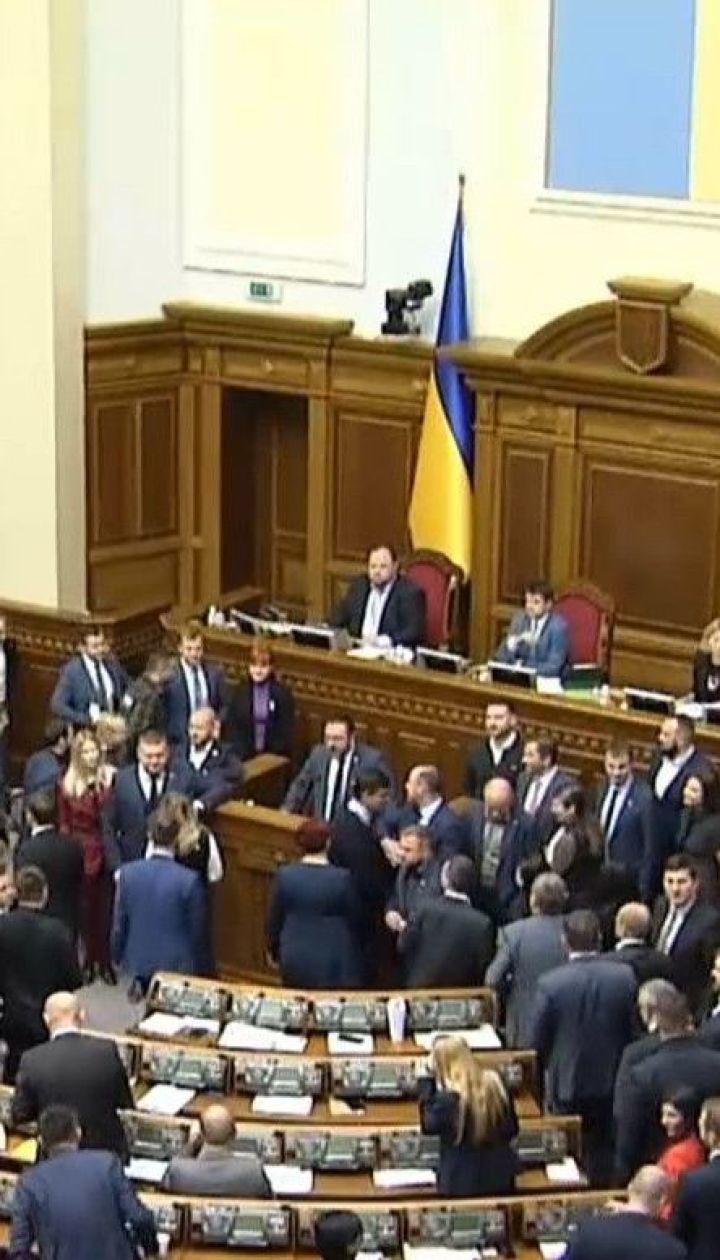 """У режимі """"скандал"""": депутати відзначилися першою бійкою, листуванням з повією і слізьми"""