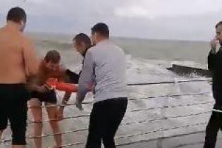В Одесі врятували з штормового моря відпочивальника напідпитку