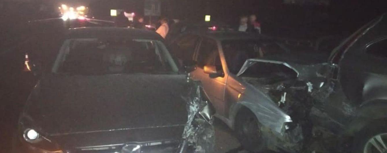 На трасі поблизу Києва зіштовхнулись одразу шість авто