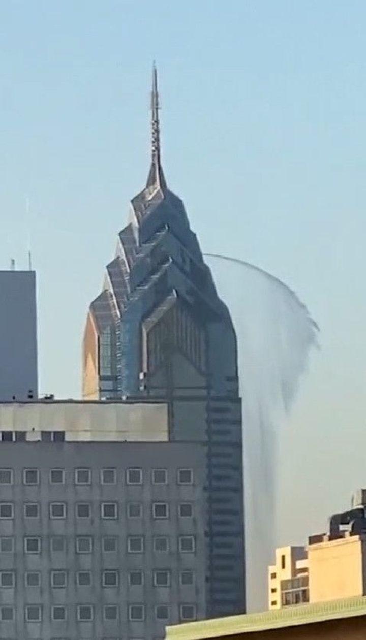 У Нью-Йорку зафільмували потужний струмінь води з 300-метрового хмарочоса