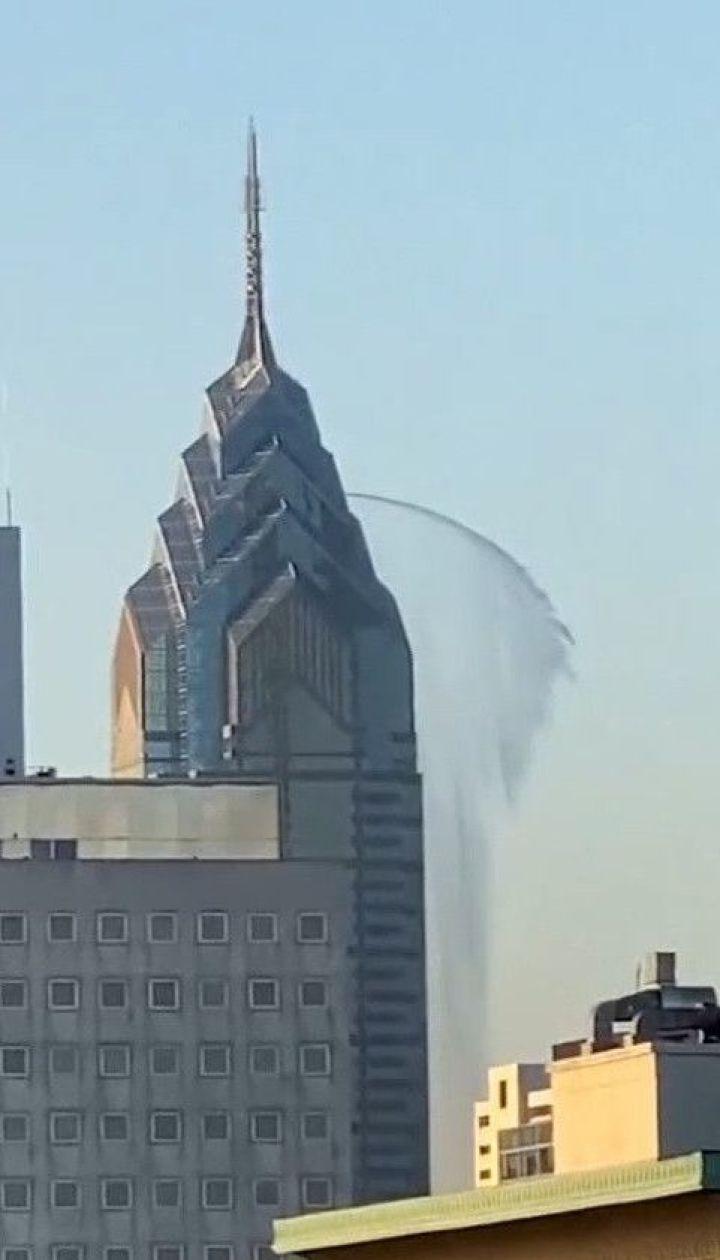 В Нью-Йорке засняли мощную струю воды с 300-метрового небоскреба