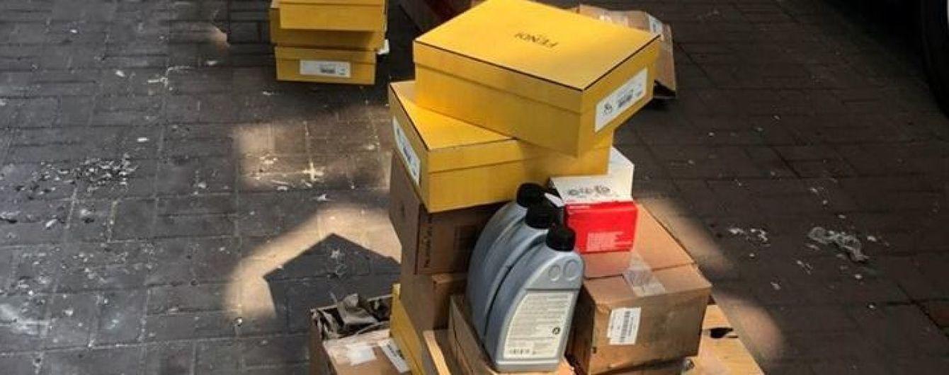 Контрабанда тижня. У Краковці в рейсовому автобусі виявили елітне взуття й запчастини для іномарок - Нефьодов
