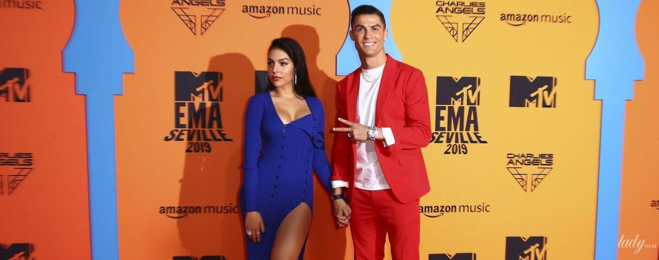 З розрізом до стегна і коханим в червоному піджаку: сексапільна Джорджина Родрігес на церемонії
