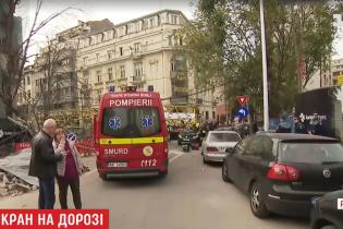В Бухаресте авто во время движения раздавил строительный кран. Есть пострадавшие