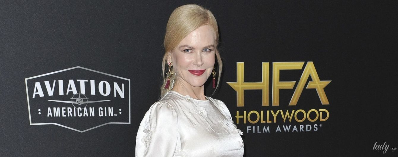 В платье с цветочными аппликациями и с красной помадой: женственная Николь Кидман на Hollywood Film Awards