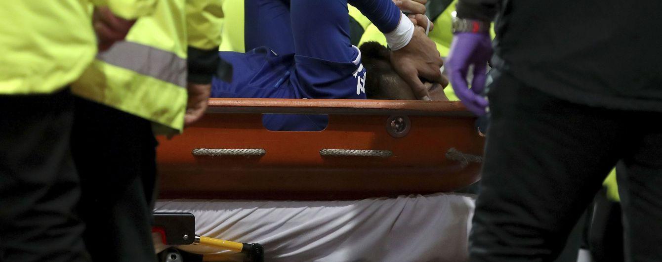 """Футболіст """"Евертона"""" отримав жахливий перелом ноги, йому зроблять негайну операцію"""