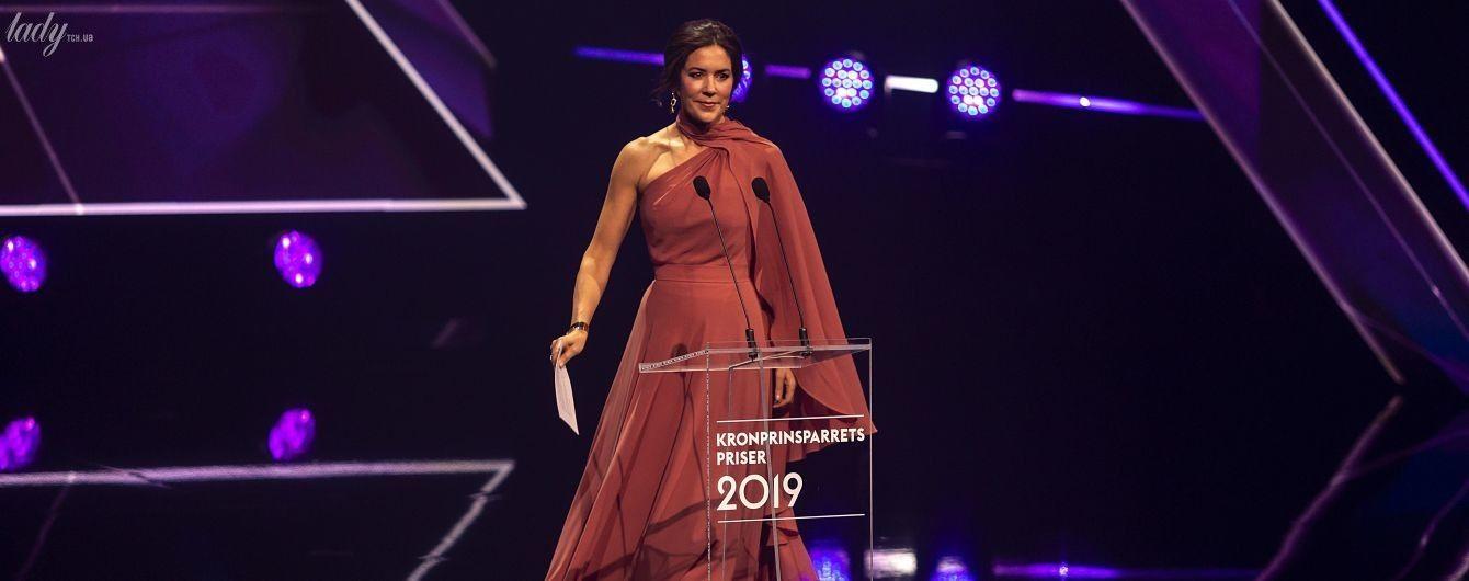 В платье с обнаженным плечом: кронпринцесса Мэри вручила премии