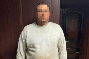 На Днепропетровщине мужчина изнасиловал 13-летнюю девочку, пока ее матери не было дома