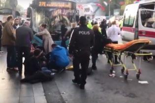 У Стамбулі водій автобуса протаранив зупинку, а потім напав на постраждалих із ножем